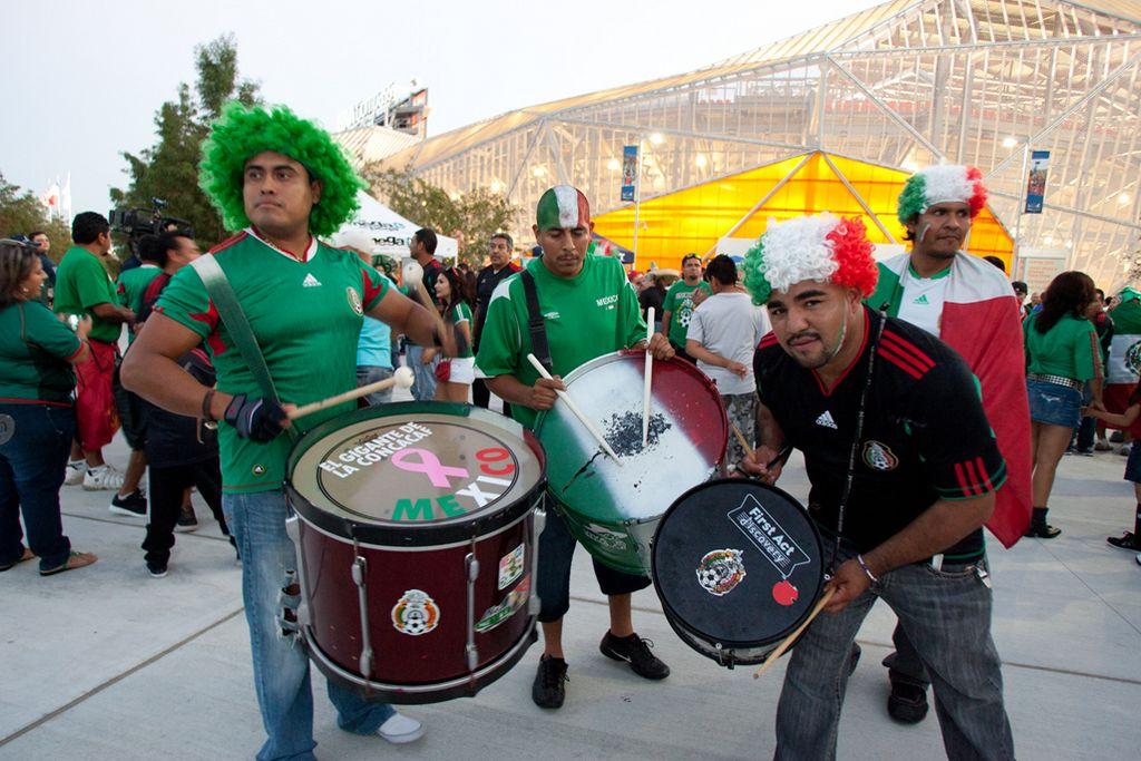 Fans de la selección mexicana de futbol en el estadio BBVA Compass de Houston para el juego México contra Guyana.