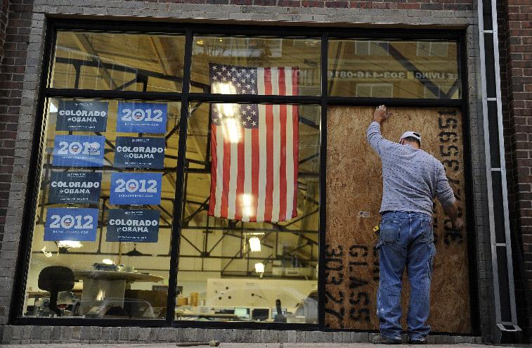 Un empleado repara los daños causados tras el tiroteo en la oficina de campaña.