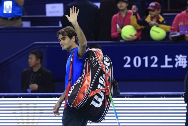 Con un rostro de resignación, Federer se despide de la fanaticada.