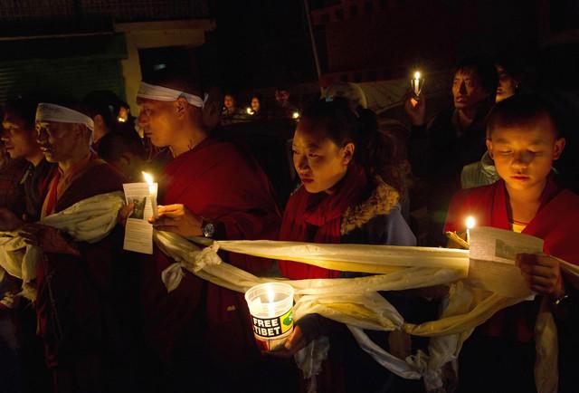 Tibetanos en el exilio realizaban ayer una vigilia en Dharmsala, India, por el fallecimiento de Tamdrin Dorjee, de 52 años.