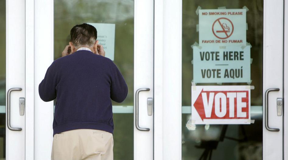 Arizona exige a los votantes mostrar prueba de ciudadanía, como licencia de conducir o pasaporte.