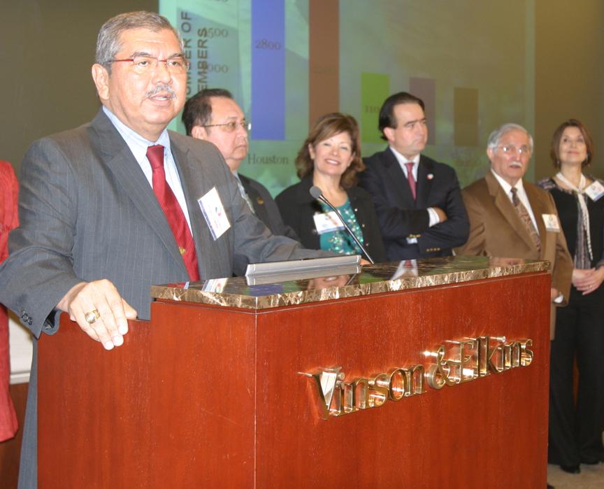 El senador estatal Mario Gallegos (izq.) fue un luchador incansable por la comunidad hispana de Houston.