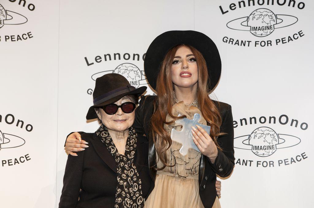 Yoko Ono también dio a Lady Gaga el galardón 'LennonOno' por su compromiso en la defensa de los derechos de homosexuales.