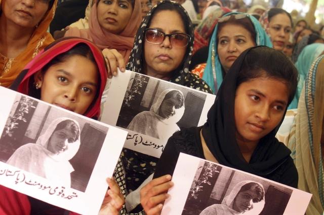 Varias mujeres afiliadas al Muttahida Quami Movement condenan el ataque que sufrió la joven Malala Yousafzai en Lahore, Pakistán.