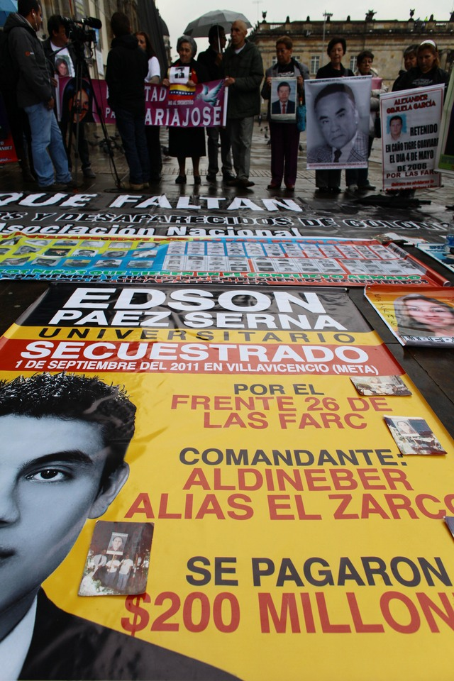 Activistas y familiares protestan  en Bogotá contra FARC.