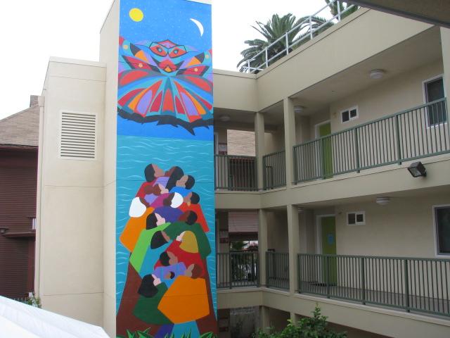 Lleno de colorido, el complejo habitacional alberga a 18 jóvenes que fueron previamente indigentes.