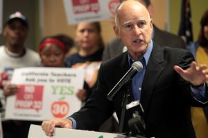 Brown pide apoyo a los maestros con la Proposición 30