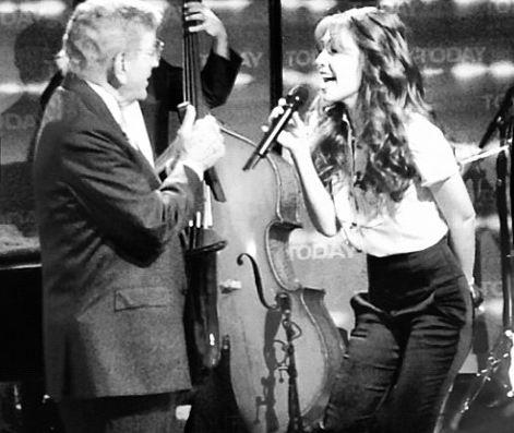 Tony Bennett y Thalía cantarón juntos uno de los temas más emblemáticos del veterano artista, 'The Way You Look Tonight'.