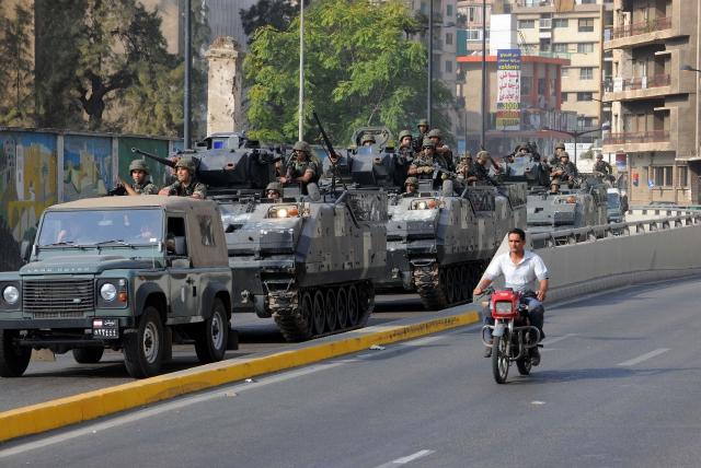 Soldados del Ejército libanés patrullan los barrios de Beirut después de los disturbios ocurridos ayer, entre sunitas y shiitas armados.