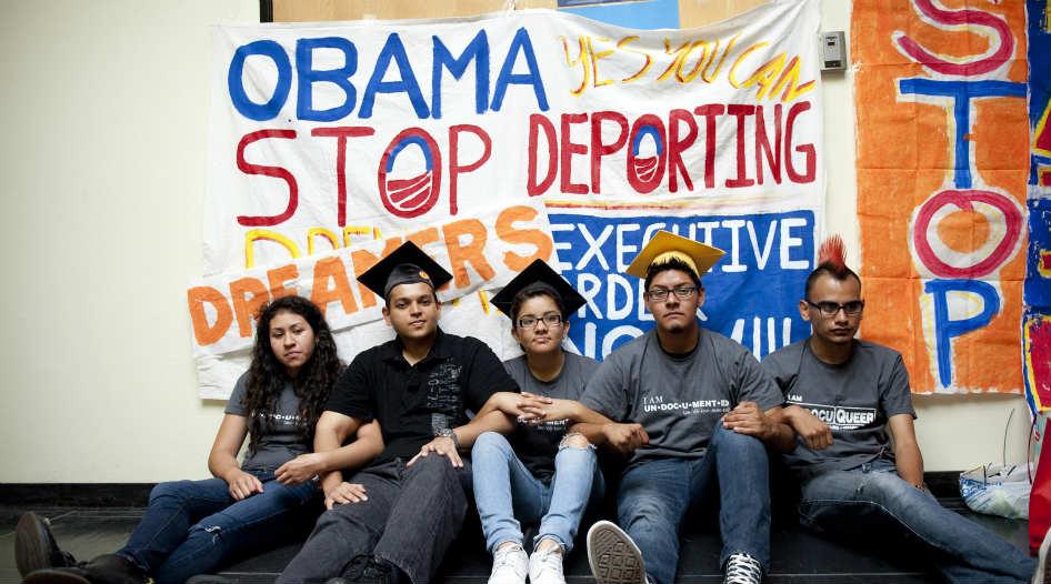 Un grupo de estudiantes se manifiesta en las oficinas de la campaña de Obama en Culver City, California el 16 de junio de 2012.