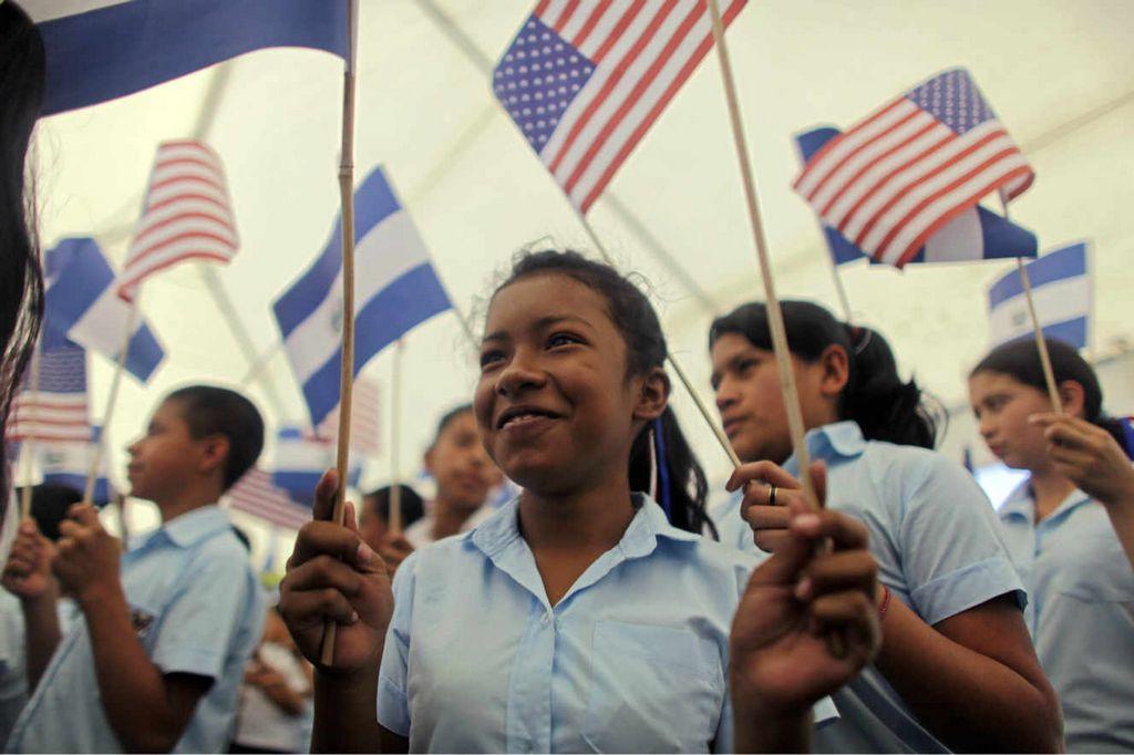 Un grupo de niños recibió al Presidente Obama y su esposa, MIchelle, durante una visita de Estado a El Salvador  el 22 de marzo de 2011.