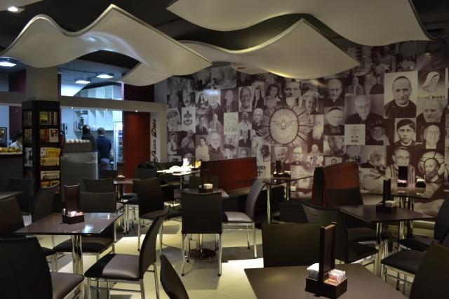 Café con Dios muestra un menú con influencias religiosas.
