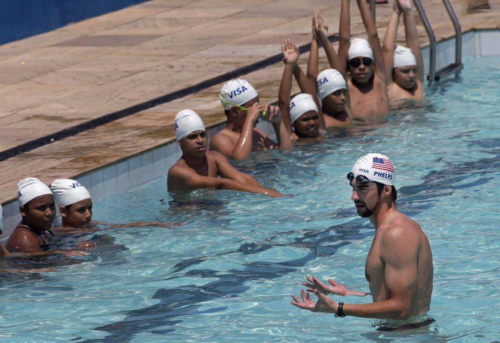 Michael Phelps da clases de natación a niños de una favela de Río de Janeiro (fotos)