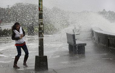 Sandy genera olas de hasta 20 pies en el lago Michigan