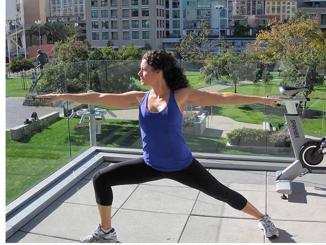 Una rutina de ejercicio en casa te hará lucir espectacular si eres constante.