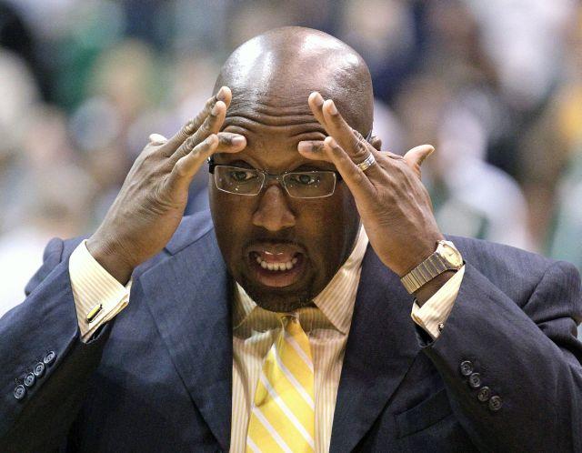 Lakers despiden a su entrenador Mike Brown