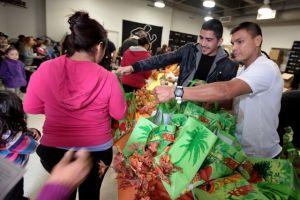Boxeadores entregan pavos en el Este de LA