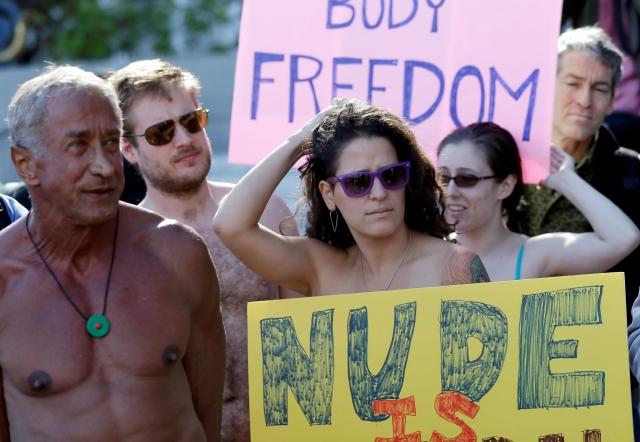 Pareja nudista quiere seguir viajando por el mundo sin nada de ropa, pero con mascarilla