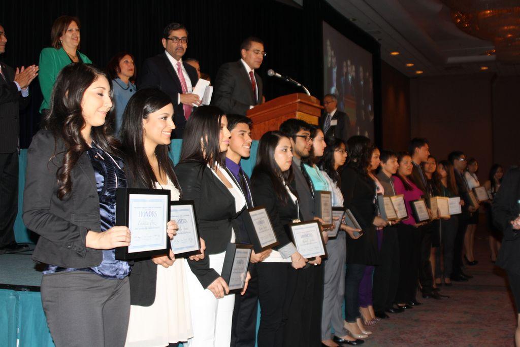 Legisladores latinos entregan 25 becas a jóvenes de Illinois