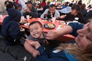 Desamparados disfrutan cena de Acción de Gracias (fotos)
