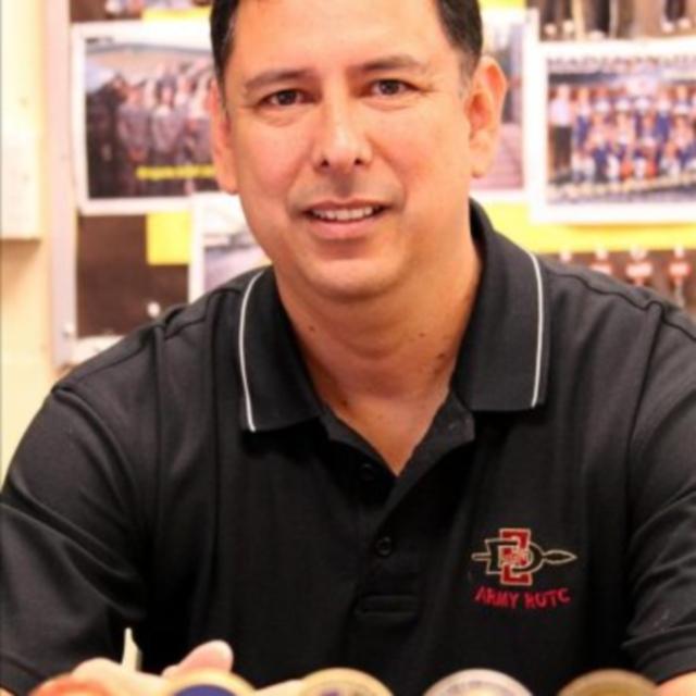 Veterano David Guzmán motiva a estudiantes latinos a ingresar a la universidad