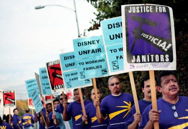 Trabajadores de Disney protestan en LA por despido (Fotos)
