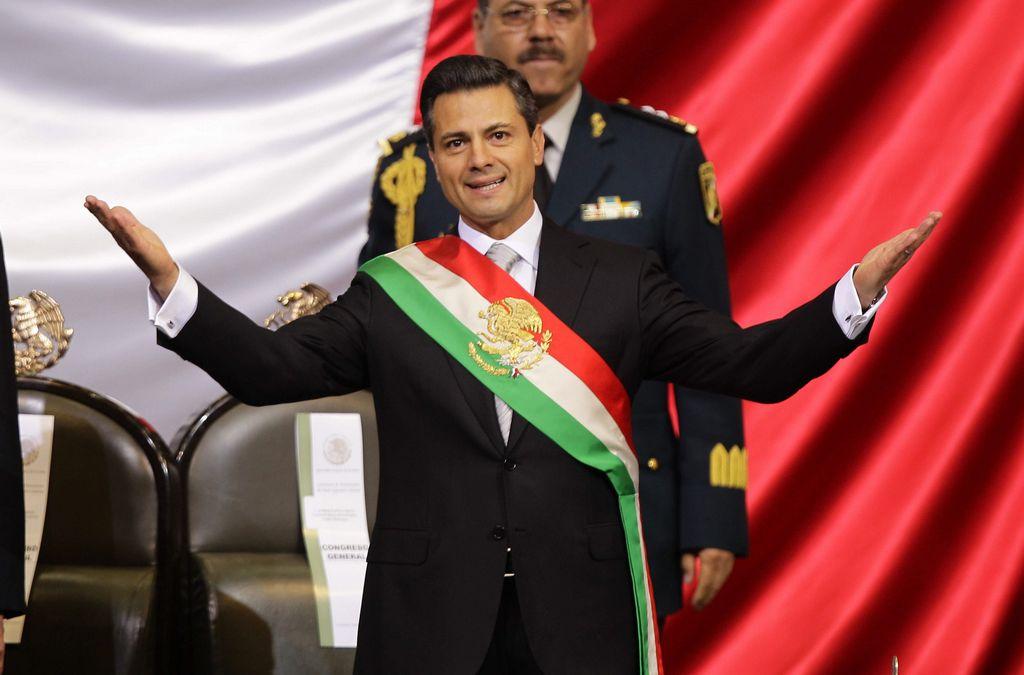El mandatario de México, Enrique Peña Nieto, se ciñe la banda presidencial durante su investidura.