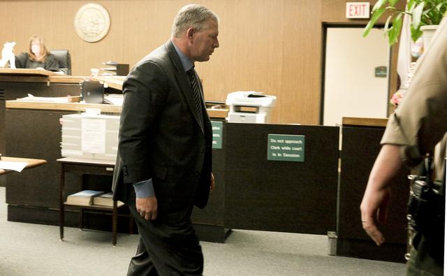 Lenny Dykstra hace su entrada a una corte de Los Ángeles.