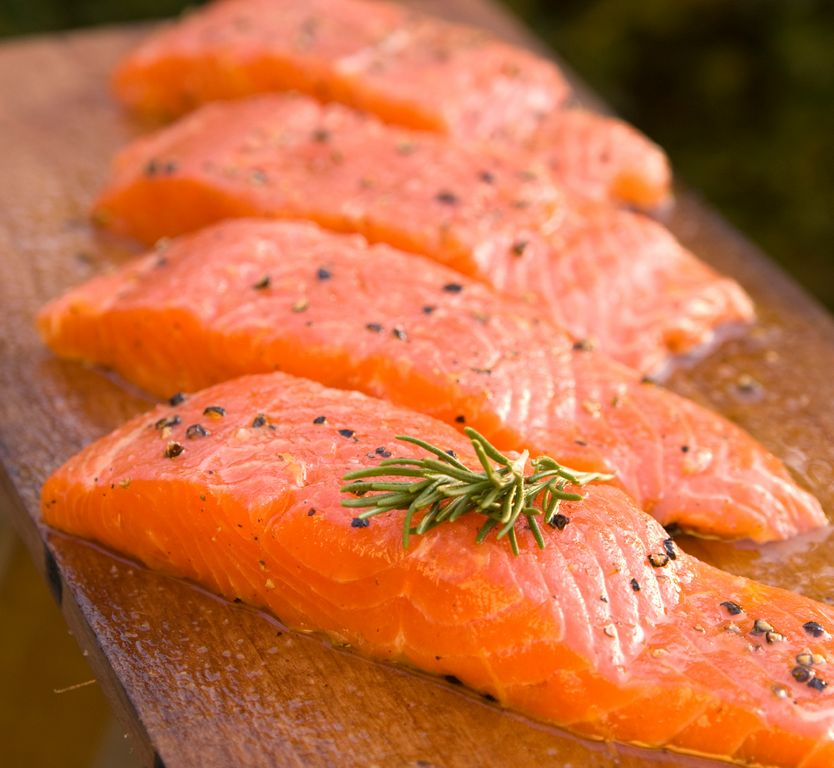La Administración de Alimentos y Medicinas está trabajando en la pieza final de su evaluación, un informe sobre el posible impacto ambiental de los salmones.