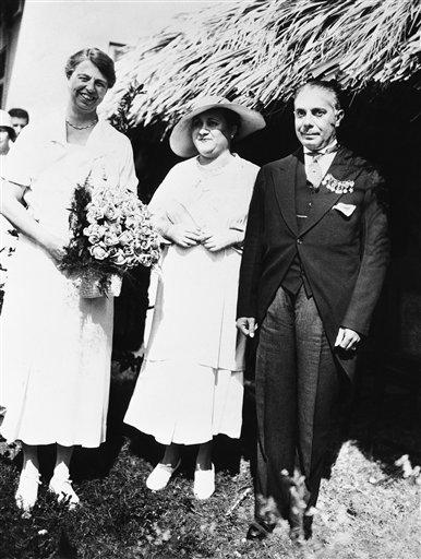La primera dama Eleanor Roosevelt (i) visita al presidente Rafael Trujillo y a su esposa Sra. Maria Martinez Trujillo en San Pedro de Macoris el 9 de marzo de 1934.