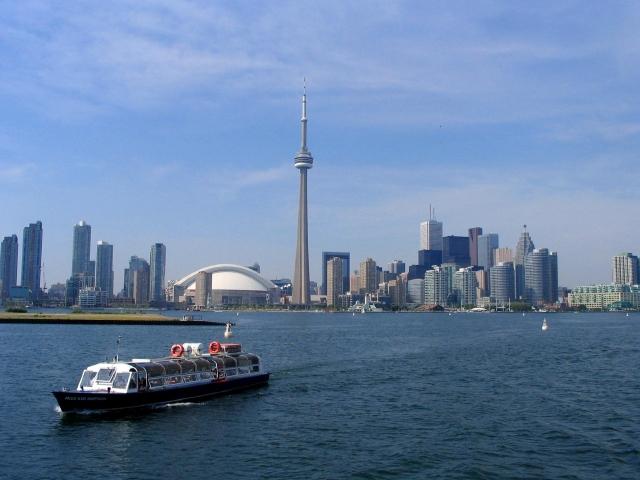 Vista del Downtown de Toronto,  con la Torre CN emergiendo en su centro (abajo). Arriba izq., la Galería de Arte,  la mayor pinacoteca de la ciudad y arriba der.,  posibilidad de colgarse de la citada torre.