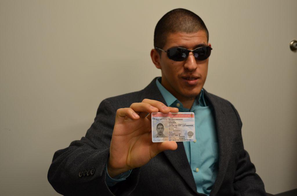 Gerardo Salinas recibió la tarjeta de autorización de empleo del USCIS, el pasado 24 de noviembre.