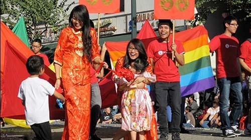 Terrenz Vong y Tran Le marchan en el Desfile del Año Lunar del Dragón Dorado. Ellas están esperando para casarse.