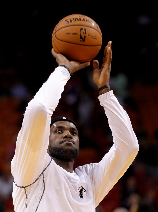 LeBron James, del Heat de Miami, es visto en una práctica del equipo, que no ha tenido un gran arranque.