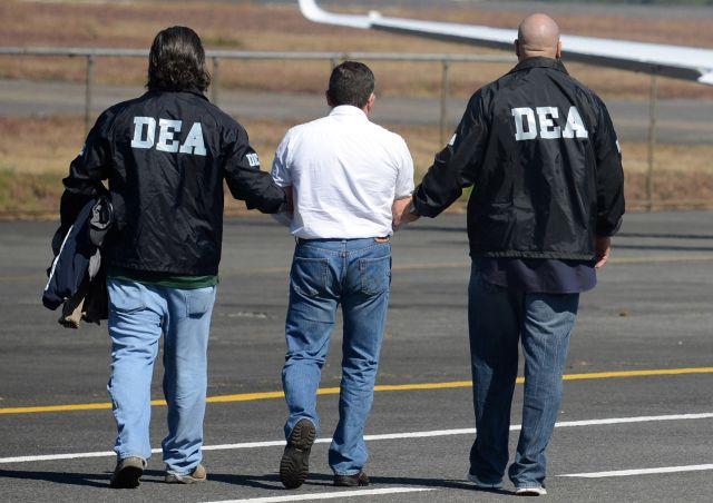 Horst Walther Overdick es escoltado por agentes de la DEA en la Ciudad de Guatemala.