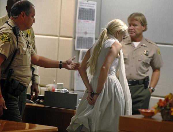 Lohan fue dejada en libertad condicional supervisada en marzo tras completar varios meses de comparecencias en la corte y cumplir servicio comunitario.