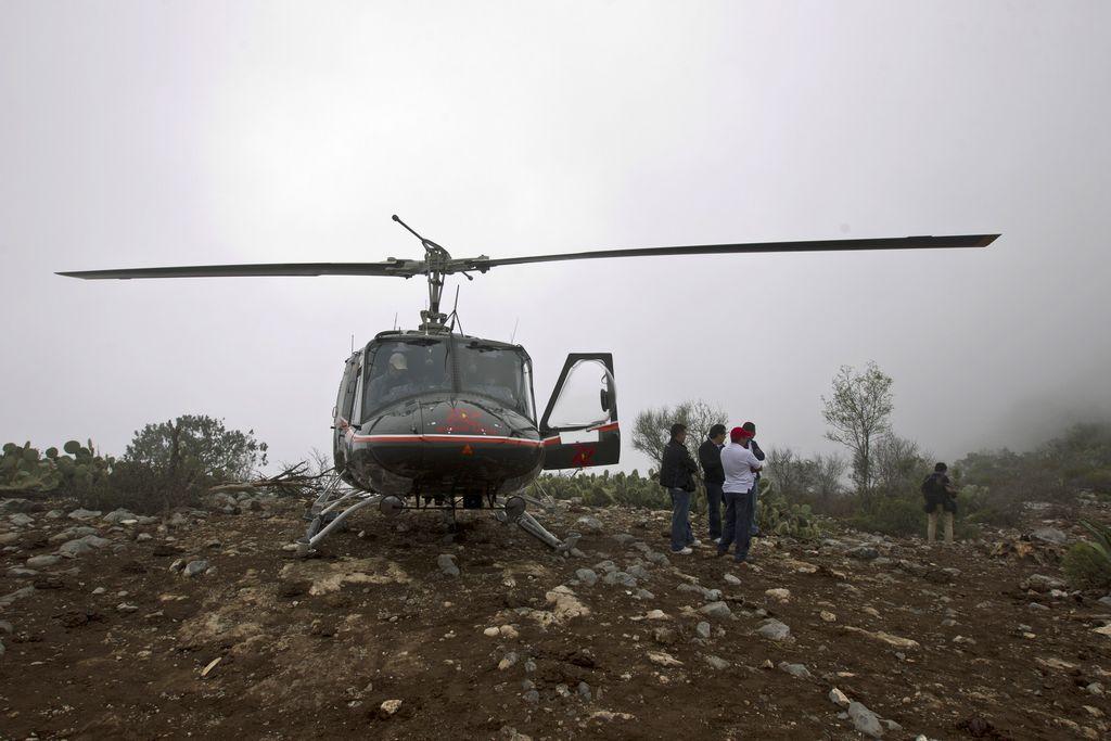 Un helicóptero de rescate llega al sitio del accidente cerca de Monterrey.