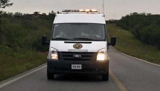 Los restos de las personas que viajaban en el LearJet accidentado en la sierra fueron trasladados por un vehículo del Servicio Médico Forense
