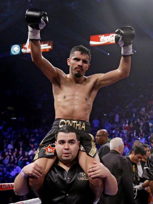 En los hombros de su ayudante de esquina, Miguel Ángel Vázquez celebra su triunfo tras vencer a Mercito Gesta el sábado pasado.