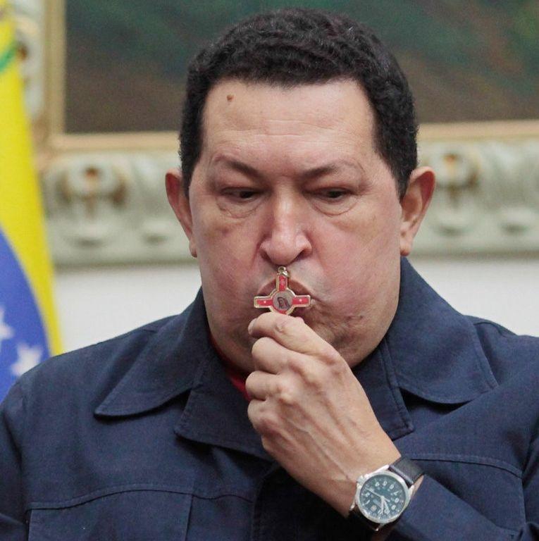 Termina con éxito operación a Hugo Chávez: Maduro