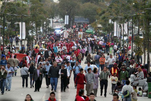 Continúa la llegada de feligreses al atrio de la Basílica de Guadalupe para celebrar el 481 aniversario de la aparición de la Virgen del Tepeyac.