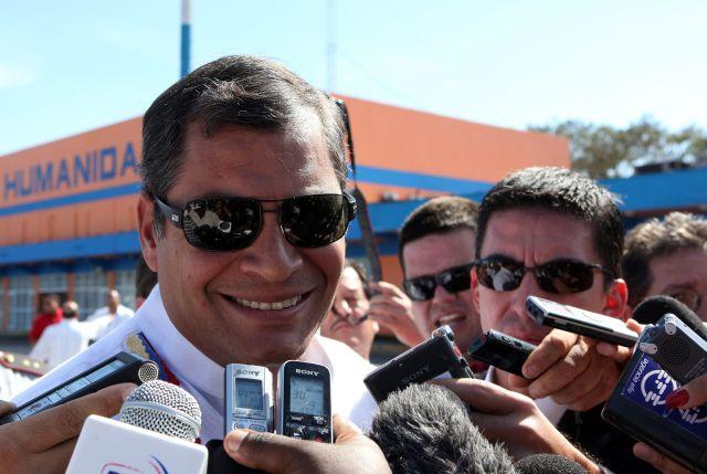 El presidente de Ecuador, Rafael Correa, habla ante la prensa a su llegada ayer a La Habana (Cuba), para visitar a su homólogo venezolano, Hugo Chávez.