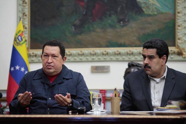 Chávez (i) designó a su vicepresidente Nicolás Maduro (d) como su sucesor por primera vez en año y medio de combate por la enfermedad que padece.