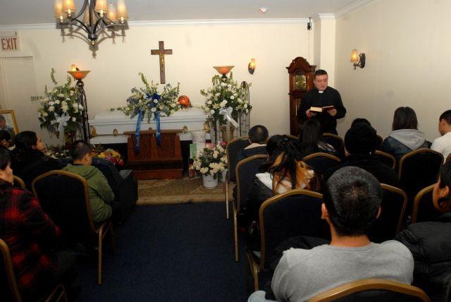 Familiares y amigos de Jesús Gonzales se congregaron en la Funeraria First Avenue Service para darle el último adiós.