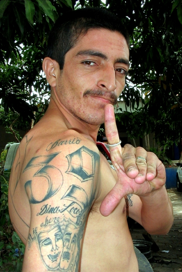 Salón de tatuajes ofrece cubrir dibujos e imágenes racistas gratis