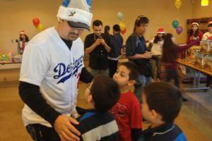 Un Santa 'azul' visita Este de LA