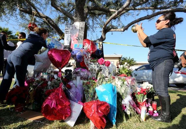 Admiradoras de Jenni Rivera frente al hogar de los padres de la cantante en Lakewood.