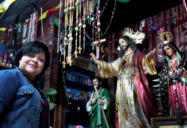 Esperan 'profecía' del fin del mundo con velas y amuletos en LA