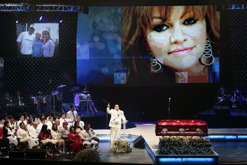 Fanáticos despiden emotivamente a Jenni Rivera (Fotos y video)