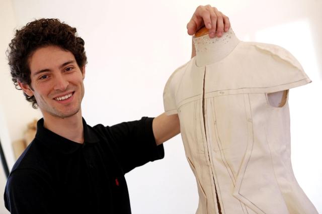 Adrián Salvador, un joven diseñador en la corte de los grandes de la moda